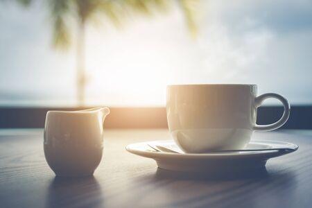 Warme koffie met melk op tafel in de ochtendtijd Stockfoto