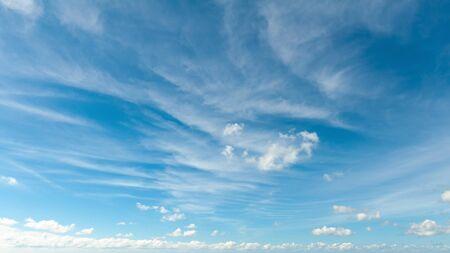 fond de ciel bleu avec des nuages Banque d'images