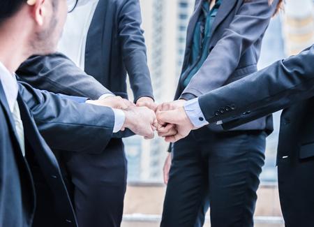 gruppo di uomini d & # 39 ; affari di persone che fanno gesti di lavoro di squadra di successo che uniscono le mani di contatto insieme concetto di successo