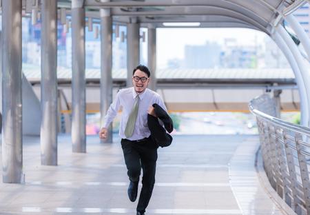 Benadrukt angstige zakenman met haast en hardlopen, hij is te laat voor zijn zakelijke afspraak en draag een shirt tijdens het hardlopen.
