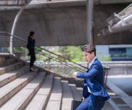 zakenman in een haast tijd controleren en hardlopen, hij is te laat voor het werk zijn zakelijke afspraak