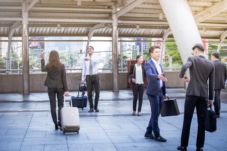 사업 사람들 사무실 걷는 도시 개념 사무실에서 회사. 도시 scene.and 인사와 흔들며 안녕하세요. Talking Connection Conversation Concept 스톡 콘텐츠
