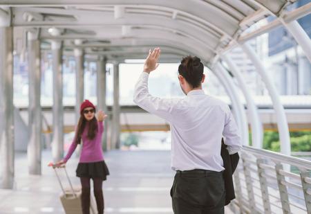 Vrouw reiziger met zak, bagage, koffer aankomst op het vliegveld tijdens reizen, reis, reis voor vrouw concept, zeg hallo, tot ziens tot vriend. Stockfoto