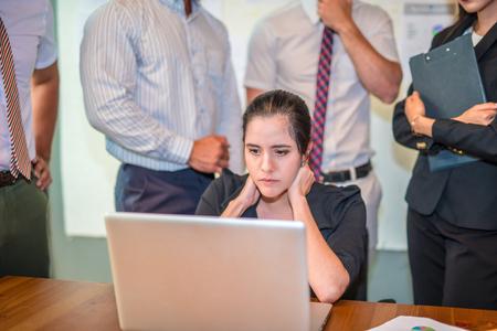 コンピューターで作業して、ポータブル ラップトップ、深刻なと彼女の仕事を強調した上司の圧力で手で頭を保持のような女性秘書に必要な情報を 写真素材