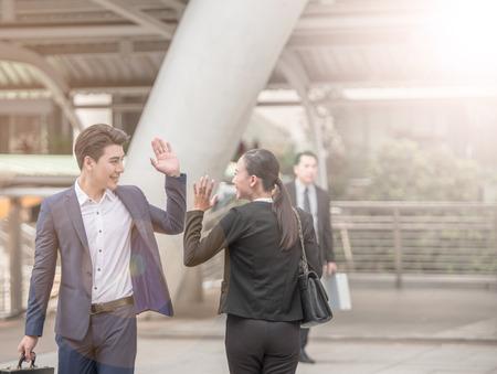안녕하세요 제스처 비즈니스 남자에 의해, 동료에게 손을 흔들며 안녕 말한다. 스톡 콘텐츠
