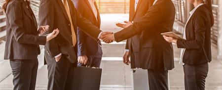 Handshake-Konzept für Geschäftsleute. Händeschütteln der Gruppe von Geschäftsmannverhandlungen, die einen Deal-Stadthintergrund schließen