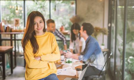 Retrato de mujer asiática líder de la oficina de coworking del equipo de trabajo, sonriendo de mujer hermosa feliz en la oficina moderna