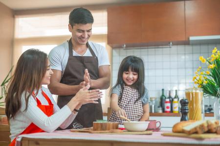 Tochter und Elternteil, die das Backen Familienkonzept vorbereiten.