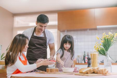 Fille et parent préparant la cuisson Banque d'images