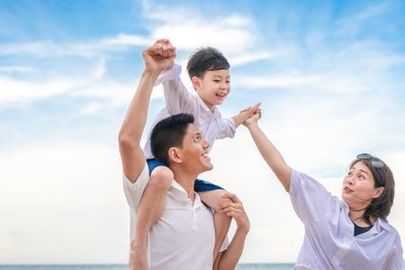 portrait famille heureuse maman papa et fils jouant ensemble