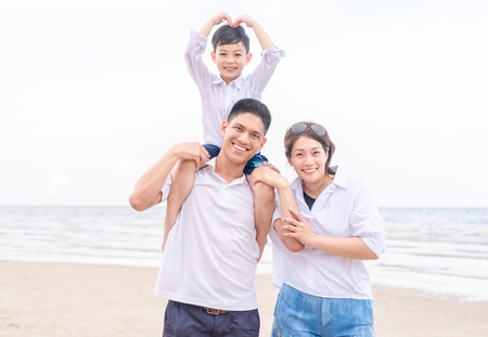 portrait happy family outdoors on a beach smiling Banque d'images