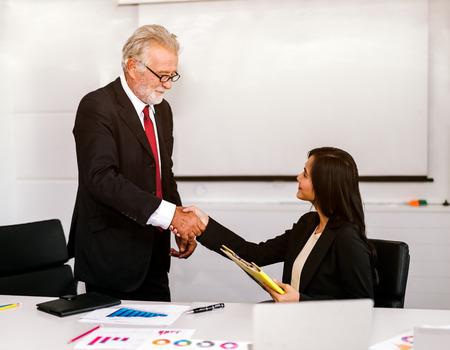 handshake business concept. business people shaking hands in office. Zdjęcie Seryjne