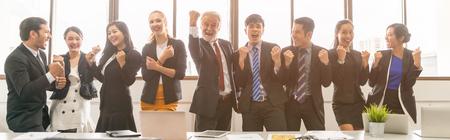 Geschäftsleute feiern im Sitzungssaal erfolgreiches Konzept.
