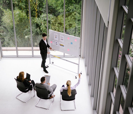 businessman having business meeting with his staff. showing presentation on flip chart. Imagens - 119505596
