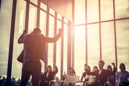 Relatore alla convention aziendale Grande gruppo di persone che celebrano il successo e incoraggiano