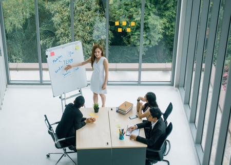 businesswoman having business meeting with her staff. showing presentation on flip chart. Imagens - 119503174