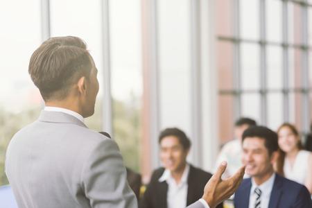 Presentazione dell'uomo d'affari in una sala riunioni per conferenze