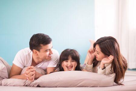 szczęśliwa rodzina azjatycka spędzająca czas razem w sypialni. koncepcja rodziny i domu