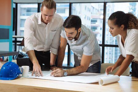 La gente de negocios se reúne en la vista del edificio de la ciudad de oficinas. El equipo del grupo de negocios trabaja y comparte ideas sobre el proyecto con los socios.