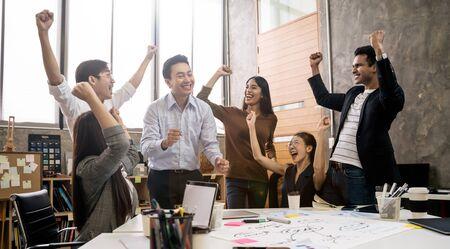 Groupe de gens d'affaires créatifs de l'équipe asiatique Heureux d'être un concept de travail d'équipe de partenariat réussi