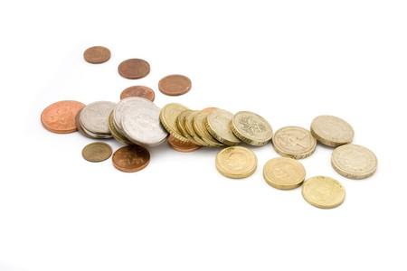 いくつかのコインを白で隔離されます。