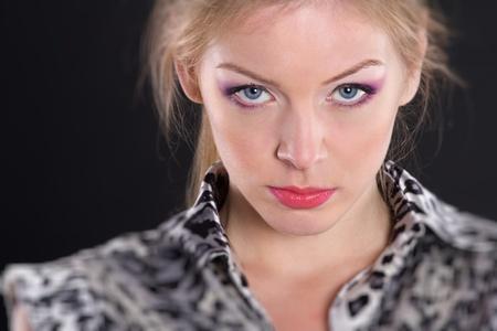 mujer decepcionada: retrato de la chica rubia en el estudio Foto de archivo