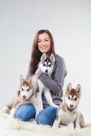 シベリアン ハスキーの子犬を持つ若い女