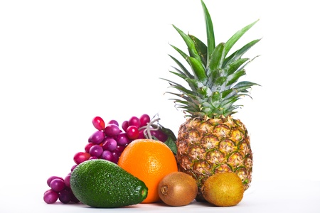 Avocado, Orange und Ananas isoliert auf weiß