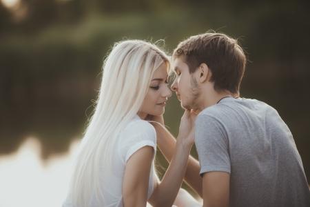 屋外の愛の若いカップルの肖像画