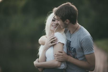 17424607-retrato-de-la-joven-pareja-en-el-amor-al-aire-libre.jpg?ver=6