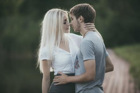 17424582-retrato-de-la-joven-pareja-en-el-amor-al-aire-libre.jpg?ver=6