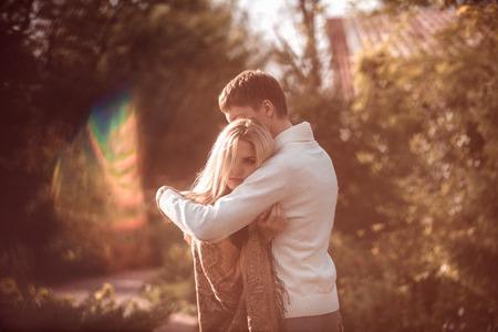 gelukkig jong paar in liefde buiten in de herfst