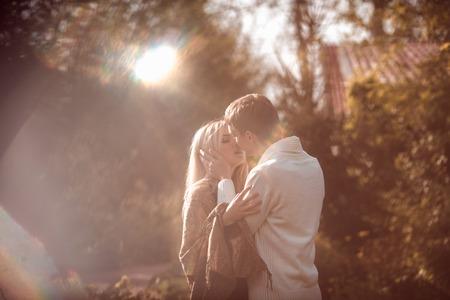 ragazze bionde: felice giovane coppia in amore all'aperto in autunno Archivio Fotografico