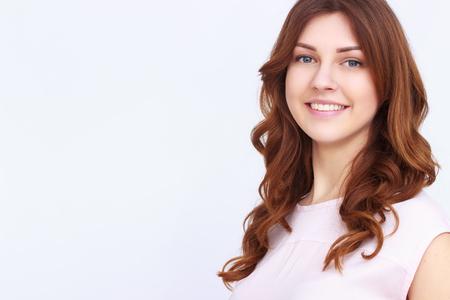 Jeune fille jolie avec les cheveux bouclés sur fond blanc Banque d'images - 55365313