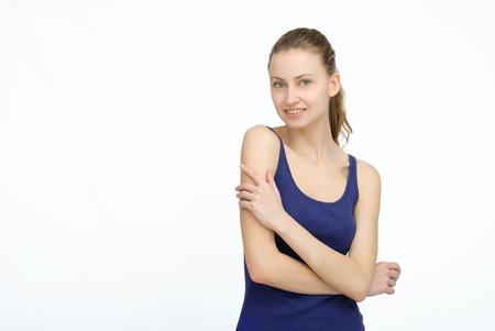 mani incrociate: sportiva felice in azzurro con le mani incrociate su sfondo isolato Archivio Fotografico