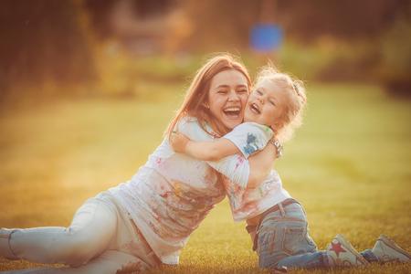 母と幼い娘が公園で一緒に遊ぶ 写真素材