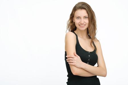 mani incrociate: Felice donna in nero con le mani incrociate su sfondo isolato