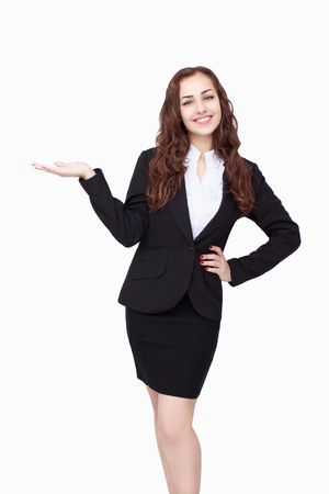 personas de pie: Joven exitosa empresaria llevaba traje y las palmas hacia arriba