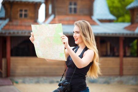 Young woman traveling in country by weekend. searching road on the map. looking place for photo Banque d'images