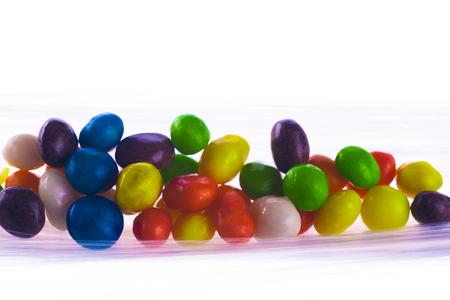 paletas de caramelo: grupo de caramelos dulces de colores aislados sobre fondo blanco