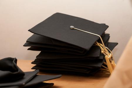 sombrero de graduación en la mesa de madera Foto de archivo