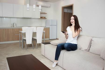 Joven y bella mujer viendo la televisión