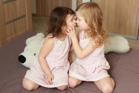 Familia cariñosa feliz. Hermanas niño niñas jugando y abrazando.