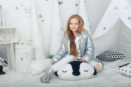 retrato, de, sonriente, niña adolescente, con, largo, pelo rojo, en, chaqueta plateada, en, blanco, navidad, adornos