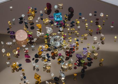 tiefe: Multi farbige Kristalle auf weiß mit flachen Tiefe des Feldes
