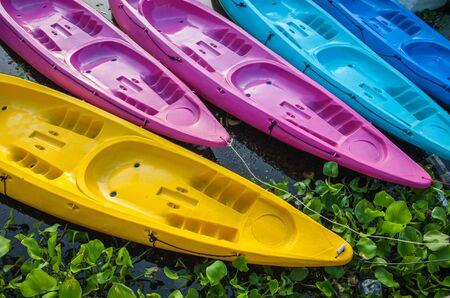 ocean kayak: Kayak en el r�o colorido bote de pl�stico