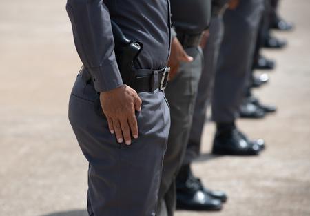Training taktischer Schusswaffen der Polizei im Freien.
