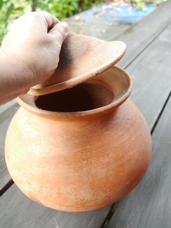 ollas de barro: Las ollas de barro, contenedores para alimentos de Tailandia.