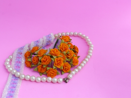rosas naranjas: Brazalete de perlas, encajes y rosas de color naranja