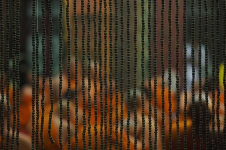 Schau dir die Mönche durch die Jalousien im thailändischen Tempel an